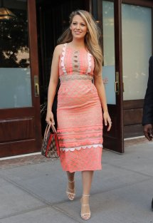 blake-lively-pregnant-wearing-pink-dress-july-2016